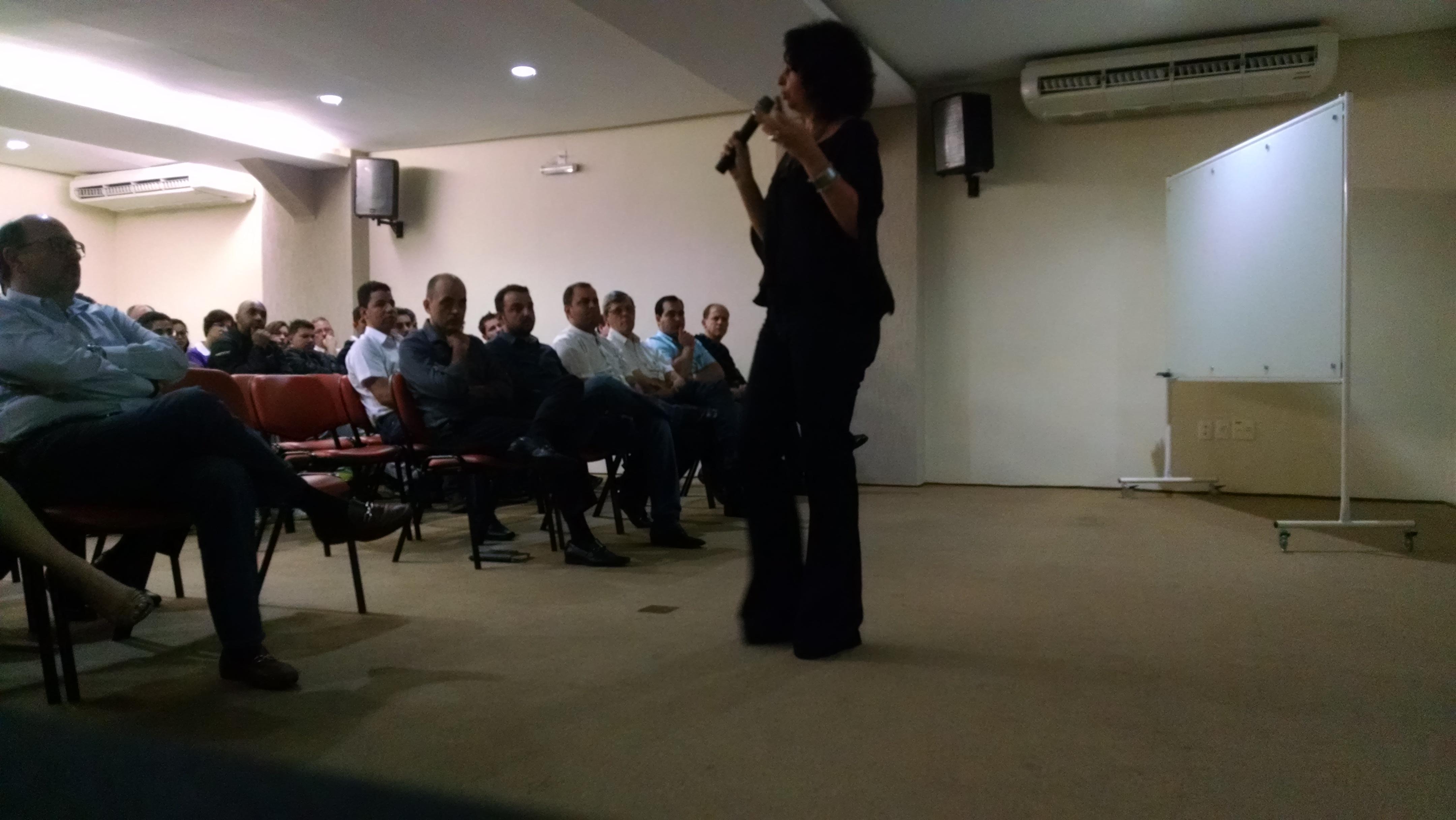 Luciana Prigenzi conduz evento no Grupo Abrão Reze